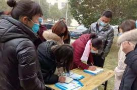 西平县谭店乡组织适龄人员参观产业集聚区服装企业